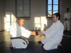 La remise  traditionnelle de la ceinture à l'élève par son seiseï.
